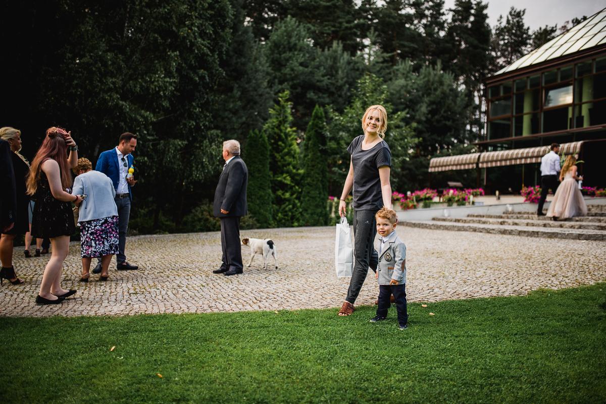 goście i rodzina na ślubie plenerowym w Otwocku