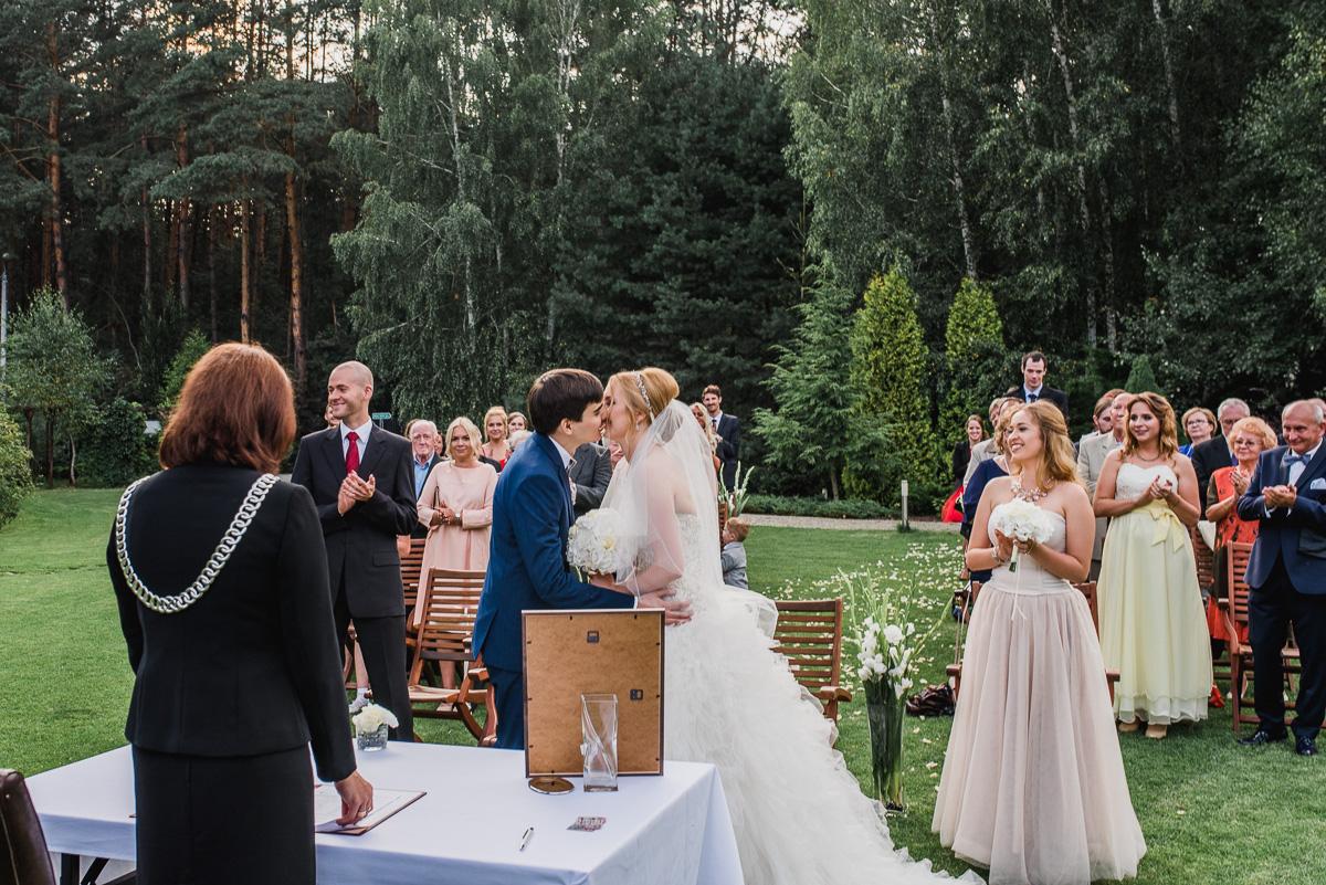 cywilny ślub plenerowy pierwszy pocałunek otwock willa