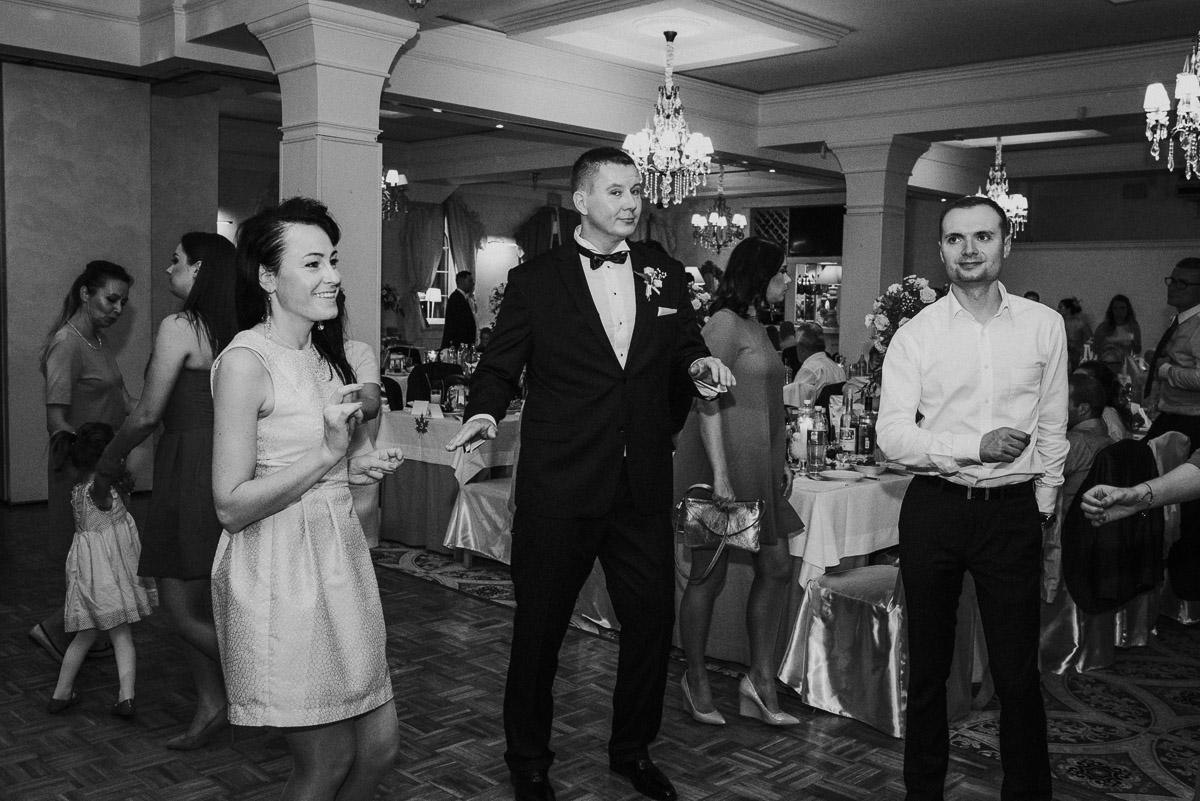 slub-wesele-104-goście-zabawa-fotografia