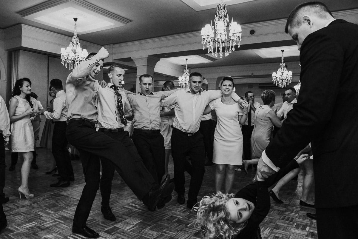 slub-wesele-117-goście-zabawa-fotografia