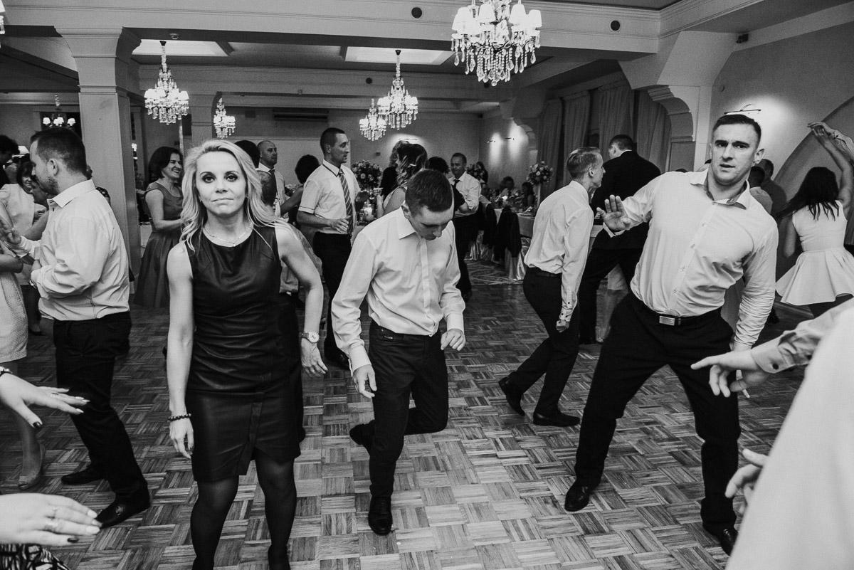 slub-wesele-118-goście-zabawa-fotografia
