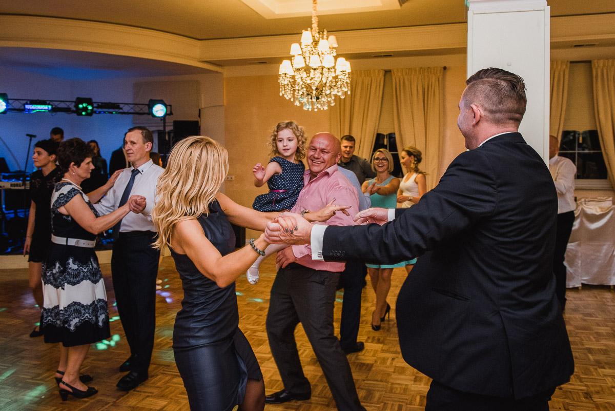 slub-wesele-125-goście-zabawa-taniec-fotografia