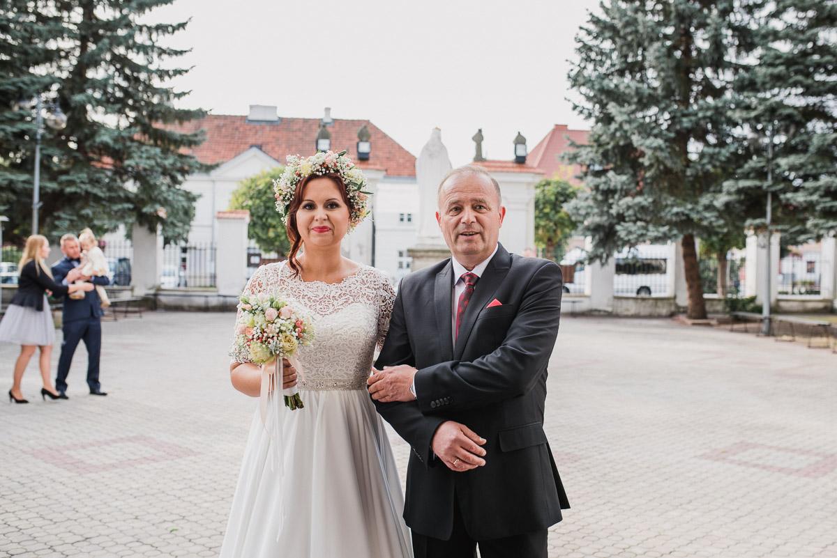 slub-wesele-40-panna-młoda-kościół-fotografia