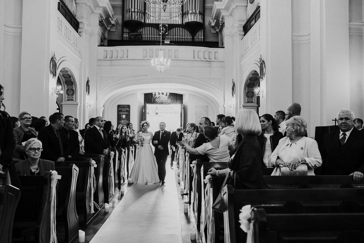 slub-wesele-41-ojciec-panny-młodej-kościół-fotografia
