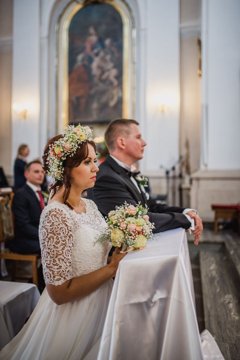 slub-wesele-69-panna-młoda-portret-kościół
