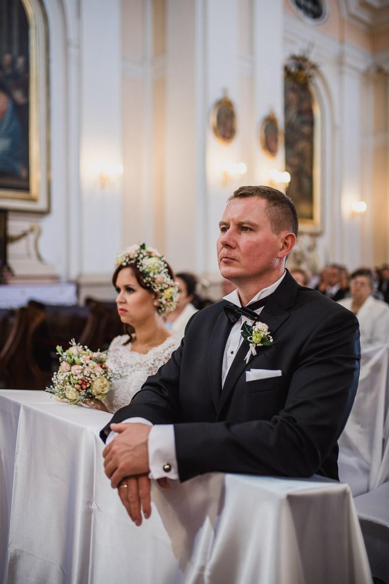 slub-wesele-70-pan-młody-kościół-fotografia