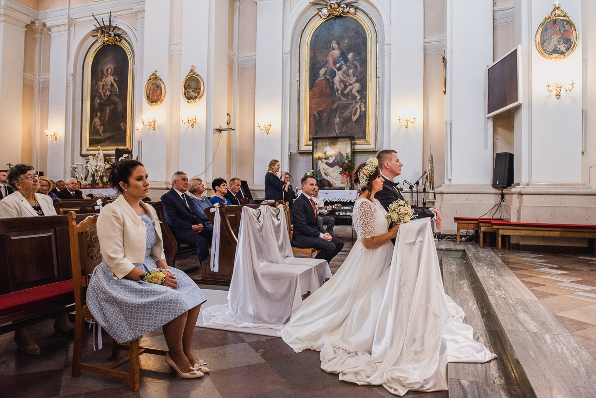 slub-wesele-71-kościół-świadkowie-zdjęcie