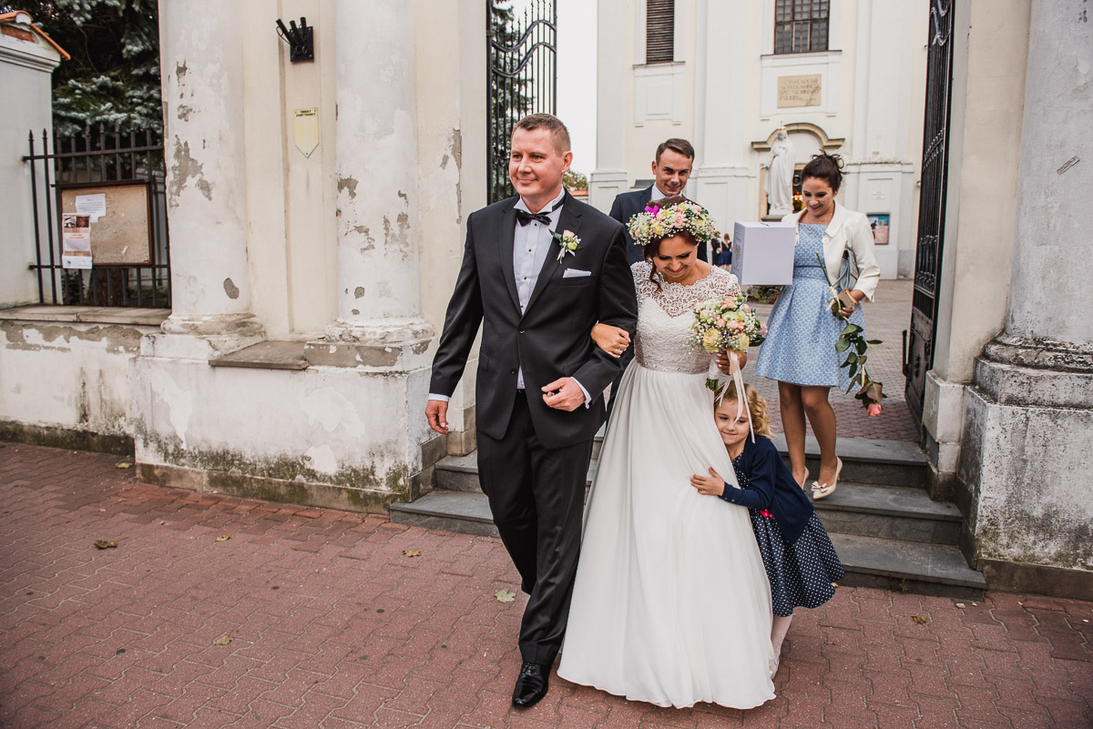 slub-wesele-81-wyjście-z-kościoła-zdjęcie