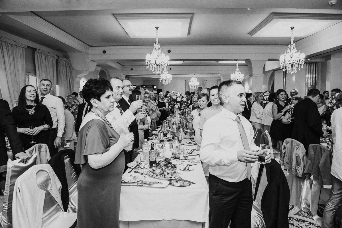 slub-wesele-90-goście-toast-zdjęcie